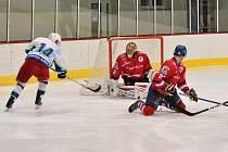 Hradišťského gólmana Vlastimila Oharka nechávali jeho spoluhráči často na holičkách, od Blanska dostal šest gólů.