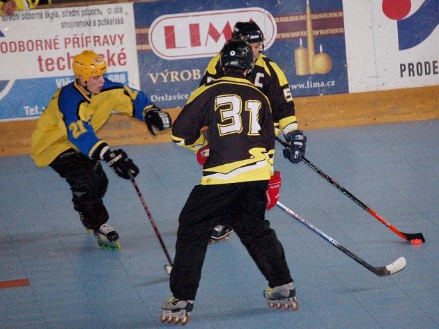 Václav Kartusek (vlevo) sice ve druhém čtvrtfinálovém duelu vstřelil Berounu pět branek, ani to ale nestačilo. Z postupu do semifinále se nakonec po prodloužení radovali Medvědi.