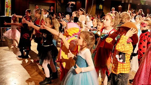 Kouzelník Jiří Hadaš bavil vneděli odpoledne děti i dospělé na Kouzelném karnevalu, pořádaném DDM Šikula.