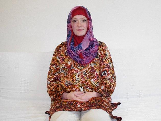 """Kateřina Pijáčková v oblečení """"hidžab"""", které nosí muslimky v Ázerbájdžánu."""