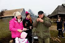 KUCHTÍCI. Při zimním vaření vreplikách historických chýší Slovanů nebo pod širým nebem se měli skauti vsobotu odpoledne co otáčet.