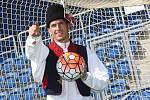 Fotbalový brankář Milan Heča se obléká do slováckého kroje na stadionu v Uherském Hradišti.