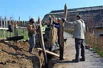 Po sedmnácti letech končí dosluhující proutěný plot ve východní části Archeoskanzenu Modrá. Nahradí jej 150 metrů dlouhá palisáda z opalovaných štípaných dubových kůlů. Ta postupně přejde v masivní pochůznou hradbu, skládající se z osm metrů širokého dřev