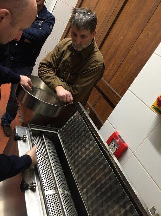 V tomto stroji je možné zbavit ovoce z kvasu pecek.