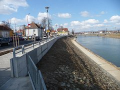 Přístaviště v Uherském Hradišti plní dvojí úlohu. Kromě té komerční představuje i účinnou bariéru proti povodním. V budoucnu bude součástí dokonalého systému ochrany před velkou vodou.