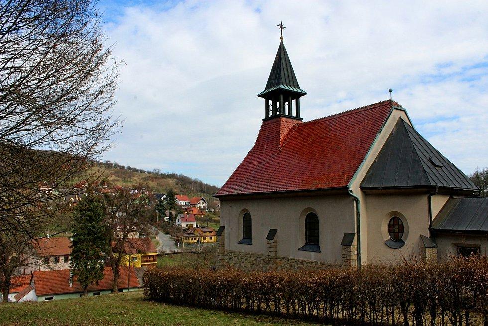 Vstupní brána do Chřibů je vesnička Salaš. Kaple na Salaši