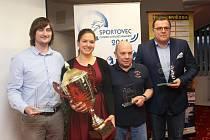 Na snímku je zleva trio nejlepších jednotlivců Luboš Roze, Kateřina Pjajčíková a Karel Kalina, vpravo pak atletický trenér nejlepšího kolektivu Jaroslav Vlček.