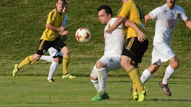 Fotbalisté Strání (v bílých dresech) se po šesti zápasech v divizi D dočkali vítězství.