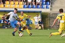 Fotbalisté divizního Strání (ve žlutých dresech) prohráli doma s třetiligovými Otrokovicemi 1:3.