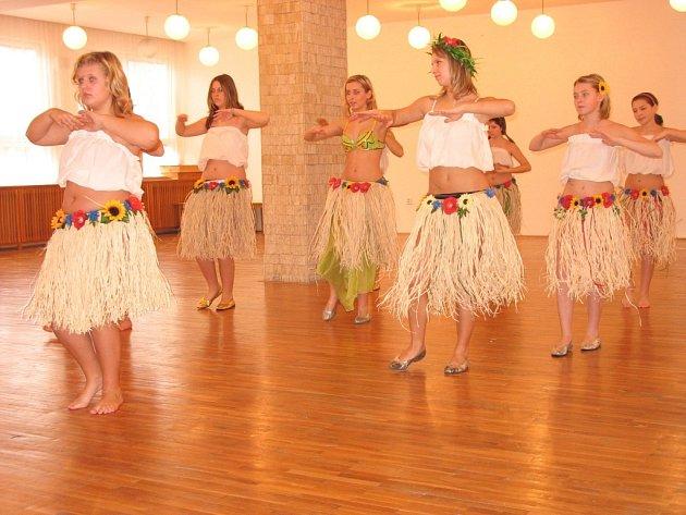 Havajské tance jsou prý ideálním prostředkem k navození psychické vyrovnanosti.