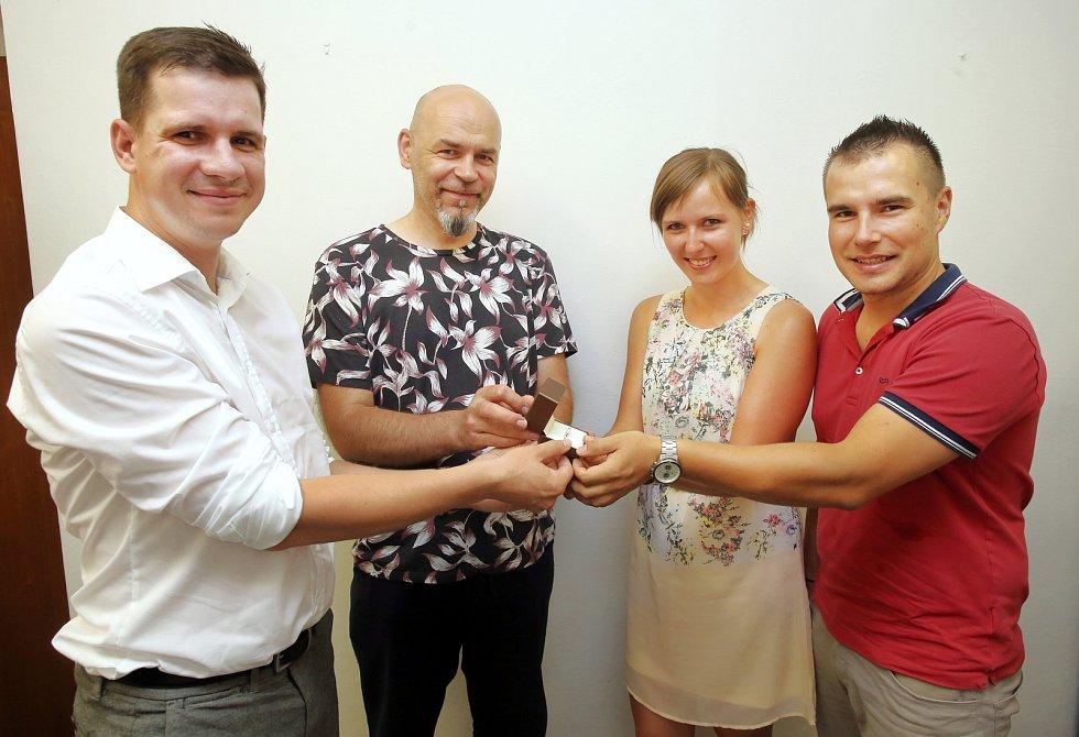 Předání prstenu výhercům Svatebnímu páru Deníku v redakci v Uherském Hradišti.