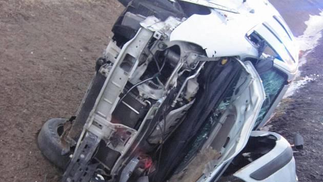 Po srážce tří aut u Vlčnova skončila dvě v příkopu.