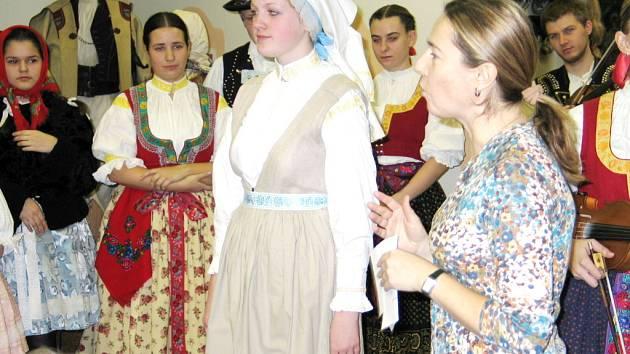 Blanka Petráková představuje nejstarší podobu záleského kroje.