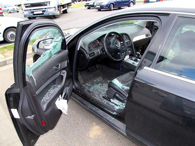 Muži vyzbrojení obušky a dřevenými násadami zřejmě kvůli vymáhání dluhů zaútočili na vozidlo, ve kterém seděly dvě osoby