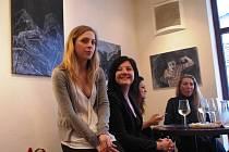 Abstraktní obrazy teprve 22-leté Barbory Valáškové jsou od pátku 24. května k vidění v prostorách Cafe Clubu v Uherském Brodě.