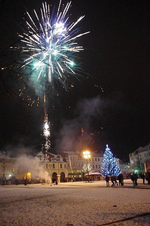 V jeden velký světelný gejzír se o půlnoci ze středy na čtvrtek na přelomu Silvestra a Nového roku  spojilo několik ohňostrojů v centru Uherského Hradiště.