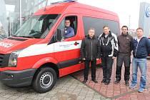 Nové zásahové vozidlo značky Volkswagen přebrali členové dobrovolného hasičského sboru Hradčovice se starostou Janem Popelkou ve staroměstské pobočce ARAVERu.