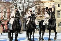 Tříkrálová sbírka 2017. Tři králové na koních na Masarykově náměstí v Uherském Hradišti.