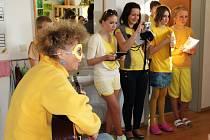 Paní učitelka Pavla Martincová doprovázela pějící školáky na strunný nástroj.