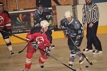 Utkání mezi Old Stars Uherský Ostroh a Devils Uherské Hradiště (v červeném).