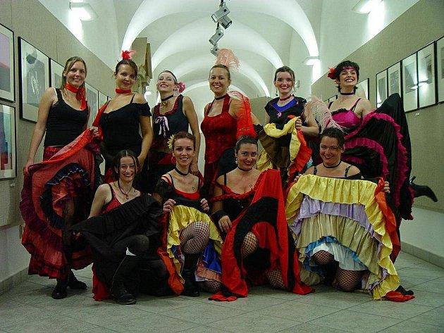 Ženský pěvecký sbor v Hluku vede učitelka houslí Kateřina Říhová (vpravo dole).