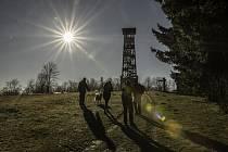 Bílý Karpat už po dvanácté vystoupal na Velký Lopeník, aby symbolicky uzavřel rozhlednu za letošní hlavní turistickou sezónou.