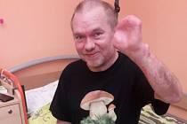 BOJOVNÍK. Radek Knápek z Osvětiman rehabilituje po těžké nemoci, kvůli které přišel o část chodidel i dlaní.