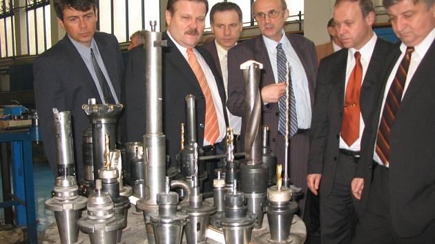Návštěvy ve Slováckých strojírnách Uherský Brod Jiří Rosenfeld (uprostřed s brýlemi) většinou osobně provází areálem firmy.