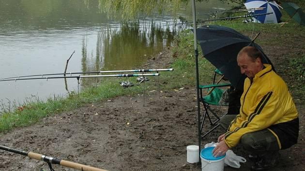 Rybáři chytali kapry, amury i candáty.