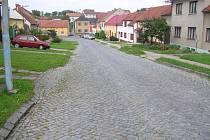Žulové kostky nahradí alfaltový povrch, chodníky budou na obou stranách silnice