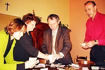 Počítání konečné finanční částky z uzamčené pokladničky je přítomno několik lidí z řad organizátorů akce.
