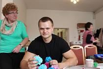 Redaktor Slováckého deníku Vojta Trubačík zkouší vyrábět papírové růže pro jízdu králů