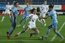 Fotbalistky Slovácka (bílé dresy) se v předehrávce 9. kole první ženské ligy utkaly s vedoucí Slavií Praha.