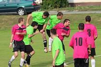 Fotbalisté Topolné remizovali v sousedském derby s Bílovicemi (v zeleném) 3:3.