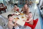 Najíst se návštěvníci mohou nejen přímo u bazénu, ale i v restauraci.