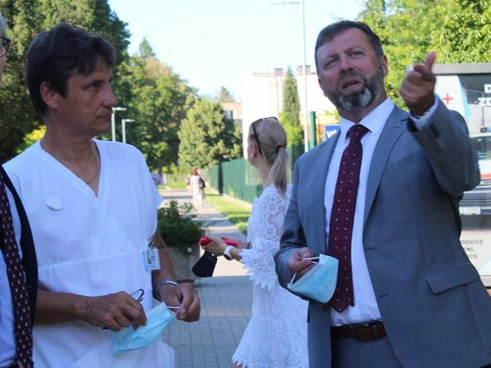 Starosta Stanislav Blaha (vpravo) s ředitelem uherskohradištské nemocnice Petrem Sládkem