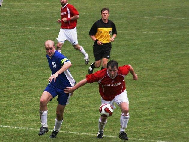 Přesně tolik gólů padlo v utkání Osvětiman (v červeném) s Ostrožskou Lhotou.