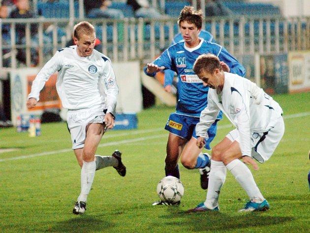 Útočník Slovácka Aleš Chmelíček (vpravo) a záložník Roman Fischer (vlevo) bojují          o míč s ústeckým Lukášem Dvořákem.