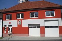 Hasičská zbrojnice v Topolné má po opravách mimo jiné také novou fasádu a ohnivzdorné dveře.