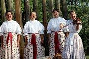 Lidové písničky zněly vsobotu odpoledne i večer areálem kudlovické chalupy u Strmenských.