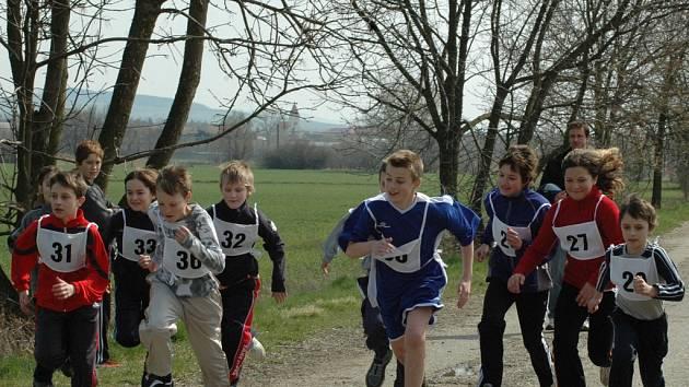 Několik desítek závodníků změřilo své síly a vytrvalost na tradiční sportovní akci v sousedství jezer poblíž Ostrožské Nové Vsi symbolicky nazvané právě Novoveský přespolák.