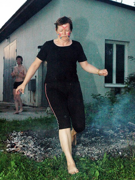 Všichni účastníci přestáli chůzi přes uhlíky rozžhavené na šest set stupňů bez jakékoliv újmy.