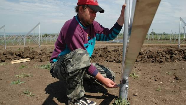 PLNO PRÁCE. Pod rukama montéra Květoslava Králíka (na snímku) a jeho kolegů se rodí nový solární park.