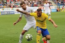 Fotbalisty Slovácka (v bílých dresech) čeká v sobotu derby se Zlínem.