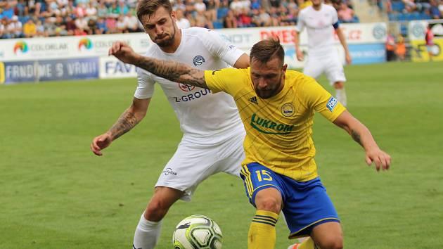 Fotbalisté Slovácka (v bílých dresech) čeká v sobotu domácí derby se Zlínem.