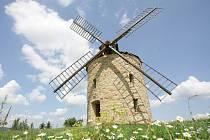 Nově postavený větrný mlýn v obci Jalubí podle historické předlohy původního mlýna.