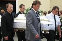 Pohřeb zavražděných dětí v Blatnici pod Svatým Antonínkem.