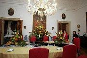 Příprava výstavy chryzantém na zámku v Buchlovicích.