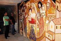 V průběhu jediného dne osadili výtvarní umělci z Ateliéru duchovního umění v Římě velkoplošnou mozaikou vstupní prostory lapidária pod bazilikou Nanebevzetí Panny Marie a sv. Cyrila a Metoděje ve Velehradě.