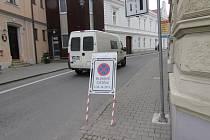 Označení ulic, v kterých dojde k čištění silnic, je vždy provedeno pomocí dopravních značek.